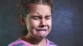 Πορτρέτο ενός μικρού κοριτσιού φωνάζει σε αργή κίνηση βίντεο κοριτσιών απελπισία απόγνωσης επίκλησης φωνάζοντας Οικογενειακή βία απόθεμα βίντεο