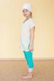 Πορτρέτο ενός μικρού κοριτσιού sportswear για τη γιόγκα Στοκ Εικόνα