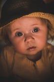 Πορτρέτο ενός μικρού παιδιού λαμβάνοντας υπόψη ένα κερί Ένα χαριτωμένο μωρό Στοκ φωτογραφίες με δικαίωμα ελεύθερης χρήσης