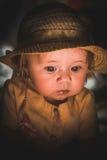 Πορτρέτο ενός μικρού παιδιού λαμβάνοντας υπόψη ένα κερί Ένα χαριτωμένο μωρό Στοκ Φωτογραφίες