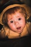 Πορτρέτο ενός μικρού παιδιού λαμβάνοντας υπόψη ένα κερί Ένα χαριτωμένο μωρό Στοκ εικόνα με δικαίωμα ελεύθερης χρήσης