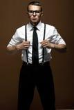 Πορτρέτο ενός μοντέρνου νεαρού άνδρα στο άσπρο πουκάμισο Στοκ Φωτογραφία