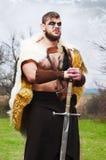 Πορτρέτο ενός μυϊκού αρχαίου πολεμιστή με ένα ξίφος στοκ φωτογραφίες με δικαίωμα ελεύθερης χρήσης