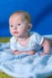 Πορτρέτο ενός μωρού σε μια μπλε πετσέτα στοκ φωτογραφία