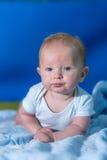 Πορτρέτο ενός μωρού σε μια μπλε πετσέτα στοκ φωτογραφίες με δικαίωμα ελεύθερης χρήσης