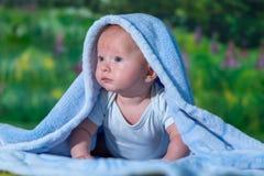 Πορτρέτο ενός μωρού σε μια μπλε πετσέτα στοκ εικόνες με δικαίωμα ελεύθερης χρήσης
