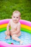 Πορτρέτο ενός μωρού σε μια πισίνα το καλοκαίρι Στοκ Εικόνες