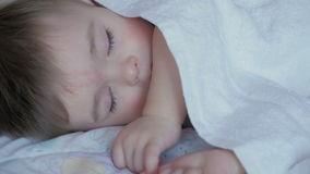 Πορτρέτο ενός μωρού ύπνου στο άσπρο κρεβάτι απόθεμα βίντεο