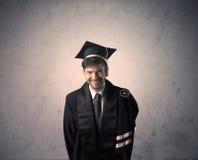 Πορτρέτο ενός νέου απόφοιτου φοιτητή στο βρώμικο υπόβαθρο Στοκ Εικόνες