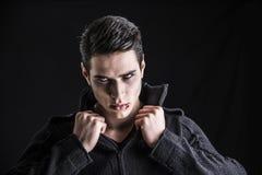 Πορτρέτο ενός νέου ατόμου βαμπίρ με το μαύρο πουλόβερ Στοκ Εικόνες