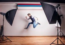 Πορτρέτο ενός νέου ατόμου hipster σε ένα στούντιο, άλμα διάστημα αντιγράφων Στοκ Εικόνες