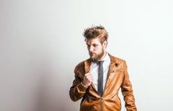 Πορτρέτο ενός νέου ατόμου hipster σε ένα στούντιο σε ένα άσπρο υπόβαθρο διάστημα αντιγράφων Στοκ φωτογραφία με δικαίωμα ελεύθερης χρήσης