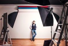 Πορτρέτο ενός νέου ατόμου hipster σε ένα στούντιο διάστημα αντιγράφων Στοκ Φωτογραφία