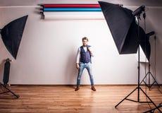 Πορτρέτο ενός νέου ατόμου hipster σε ένα στούντιο Στοκ εικόνες με δικαίωμα ελεύθερης χρήσης