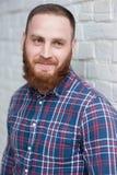 Πορτρέτο ενός νέου γενειοφόρου ατόμου σε ένα πουκάμισο φανέλας Στοκ εικόνα με δικαίωμα ελεύθερης χρήσης