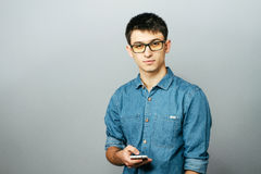 Πορτρέτο ενός νέου επιχειρηματία που μιλά στο τηλέφωνο Εξέταση τη κάμερα Στοκ εικόνα με δικαίωμα ελεύθερης χρήσης