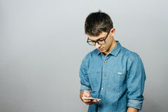 Πορτρέτο ενός νέου επιχειρηματία που μιλά στο τηλέφωνο Στοκ Φωτογραφίες