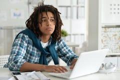 Πορτρέτο ενός νέου επιχειρησιακού ατόμου με ένα lap-top Στοκ Εικόνα