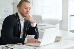 Πορτρέτο ενός νέου επιχειρησιακού ατόμου με ένα lap-top Στοκ εικόνα με δικαίωμα ελεύθερης χρήσης