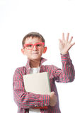 Πορτρέτο ενός νέου ευτυχούς αγοριού στα κόκκινα θεάματα. Στοκ φωτογραφία με δικαίωμα ελεύθερης χρήσης