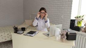 Πορτρέτο ενός νέου θηλυκού γιατρού που φορά τα γυαλιά φιλμ μικρού μήκους