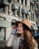 Πορτρέτο ενός νέου θηλυκού τουρίστα με το κομψό καπέλο Στοκ Εικόνες