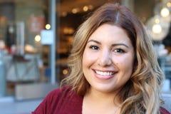 Πορτρέτο ενός νέου ισπανικού θηλυκού χαμόγελου Στοκ εικόνες με δικαίωμα ελεύθερης χρήσης