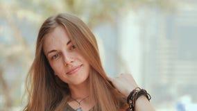 Πορτρέτο ενός νέου και χαμογελώντας κοριτσιού στη θερινή ημέρα στενό πρόσωπο - επάνω στενό πρόσωπο - επάνω φιλμ μικρού μήκους