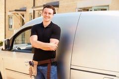 Πορτρέτο ενός νέου καταστηματάρχη με το φορτηγό του στοκ εικόνες