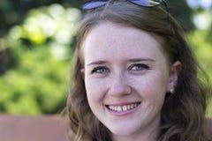 Πορτρέτο ενός νέου κοριτσιού με ένα χαμόγελο Στοκ Εικόνες