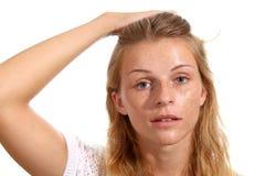 Πορτρέτο ενός νέου κοριτσιού με την πυρόξανθες τρίχα και τις φακίδες στοκ φωτογραφίες με δικαίωμα ελεύθερης χρήσης