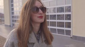 Πορτρέτο ενός νέου κοριτσιού που παίρνει έναν περίπατο σε μια άνοιξη απόθεμα βίντεο