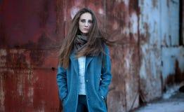Πορτρέτο ενός νέου κοριτσιού σε έναν σκουριασμένο τοίχο υποβάθρου Στοκ φωτογραφίες με δικαίωμα ελεύθερης χρήσης