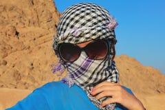 Πορτρέτο ενός νέου κοριτσιού σε ένα μαντίλι στοκ εικόνες