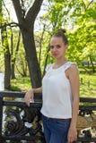 Πορτρέτο ενός νέου κοριτσιού στη γέφυρα στοκ φωτογραφία