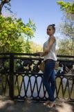 Πορτρέτο ενός νέου κοριτσιού στη γέφυρα στοκ φωτογραφία με δικαίωμα ελεύθερης χρήσης