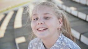 Πορτρέτο ενός νέου ξανθού και χαμογελώντας κοριτσιού εφήβων απόθεμα βίντεο