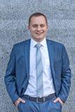 Πορτρέτο ενός νέου σοβαρού χαμογελώντας επιχειρηματία στοκ εικόνες