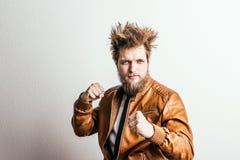 Πορτρέτο ενός νέου υ ατόμου hipster σε ένα στούντιο διάστημα αντιγράφων Στοκ εικόνα με δικαίωμα ελεύθερης χρήσης