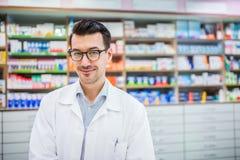 Πορτρέτο ενός νέου φιλικού αρσενικού φαρμακοποιού στοκ φωτογραφίες