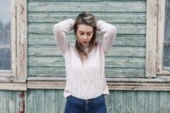 Πορτρέτο ενός νέου όμορφου κοριτσιού με το ρόδινο πουλόβερ στο gree Στοκ Φωτογραφία
