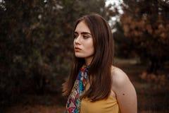 Πορτρέτο ενός νέου όμορφου κοριτσιού σε ένα κίτρινο εκλεκτής ποιότητας φόρεμα στο δάσος στοκ φωτογραφίες με δικαίωμα ελεύθερης χρήσης