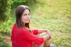 Πορτρέτο ενός νέου όμορφου κοριτσιού σε ένα πικ-νίκ στο διάστημα αντιγράφων πάρκων στοκ εικόνες