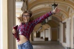 Πορτρέτο ενός νέου όμορφου μακρυμάλλους κοριτσιού με τα γυαλιά στο s στοκ φωτογραφία