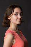 Πορτρέτο ενός νέου όμορφου χαμογελώντας κοριτσιού στοκ εικόνες με δικαίωμα ελεύθερης χρήσης