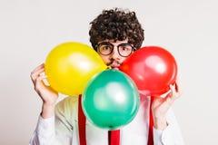 Πορτρέτο ενός νεαρού άνδρα με τα μπαλόνια σε ένα στούντιο στοκ φωτογραφία