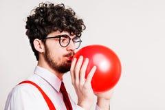 Πορτρέτο ενός νεαρού άνδρα με το μπαλόνι σε ένα στούντιο στοκ φωτογραφία με δικαίωμα ελεύθερης χρήσης