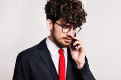 Πορτρέτο ενός νεαρού άνδρα με το smartphone σε ένα στούντιο στοκ εικόνες