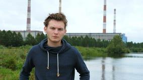 Πορτρέτο ενός νεαρού άνδρα σε μια κουκούλα απόθεμα βίντεο