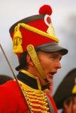 Πορτρέτο ενός νεαρού άνδρα κόκκινο στρατιωτικό ιστορικό σε ομοιόμορφο Στοκ Φωτογραφία